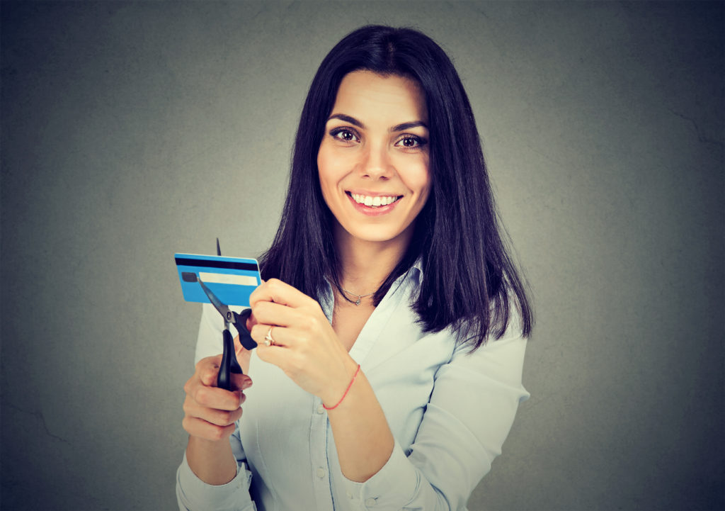woman_cutting_up_credit_card